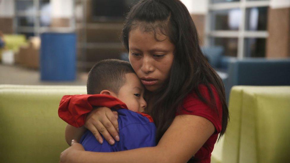 Madre con su hijo, reunificados tras su detención.