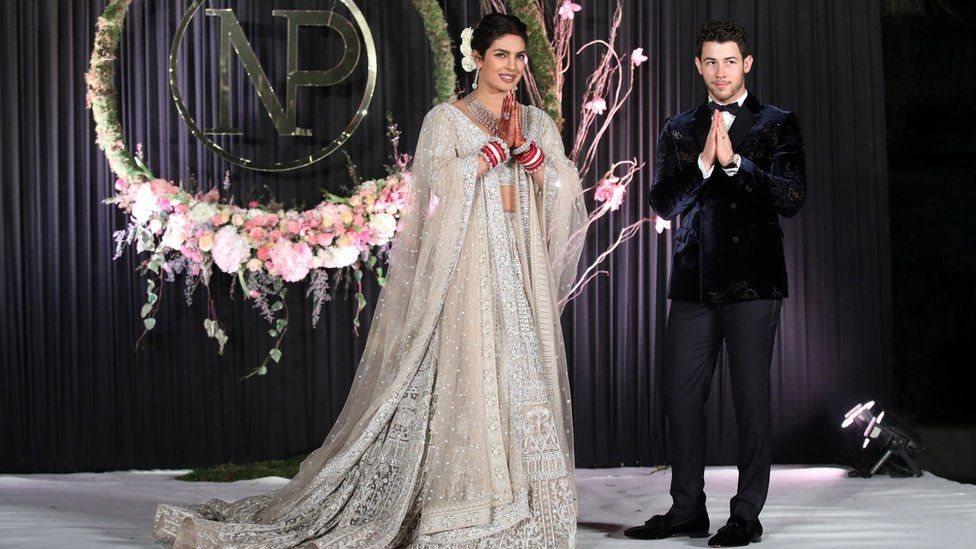 نجمة بوليوود بريانكا تشوبرا تنشر صور فستان زفافها وطرحته بطول 75 قدما