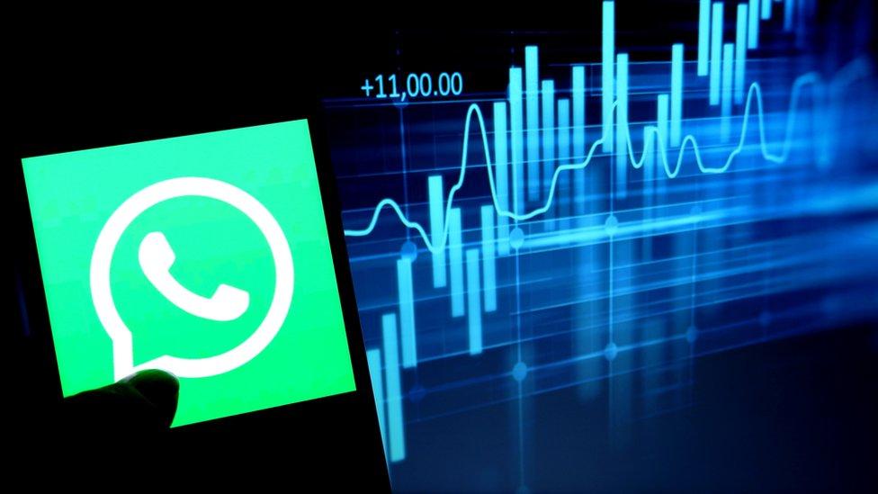 Logo de WhatsApp con un gráfico por detrás.
