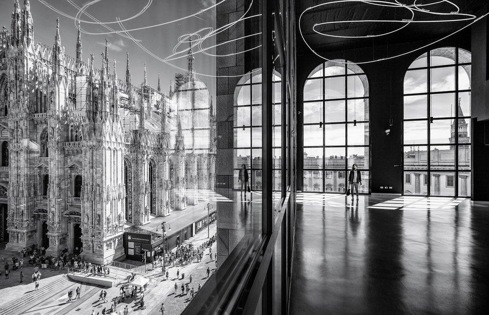 Vidrio que refleja al Duomo