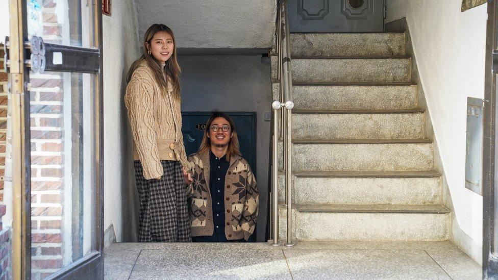 Parka Jung Juna (desno) privukao je prostor i niska stanarina bandžije