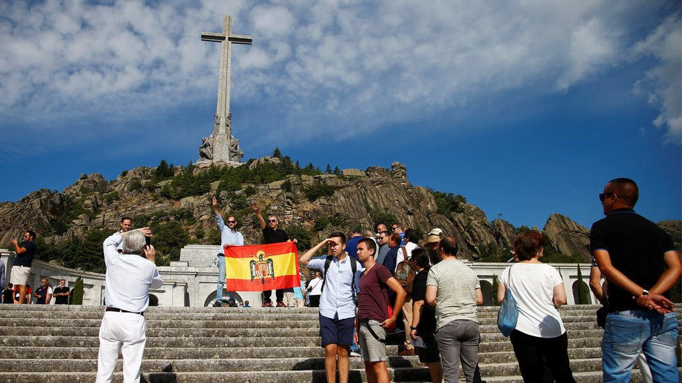 Protesters at Franco's tomb