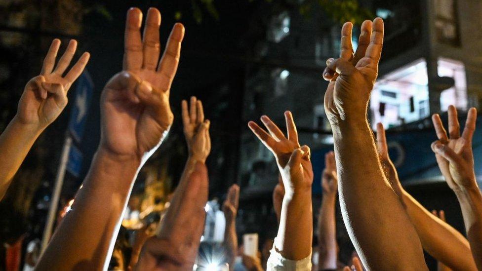 محتجون يستخدمون التحية بثلاثة أصابع