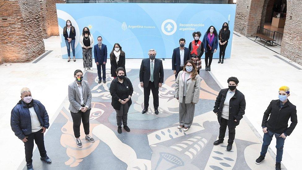 Predsednik Alberto Fernandez sa drugim zvaničnicima i članovima društvenih organizacija