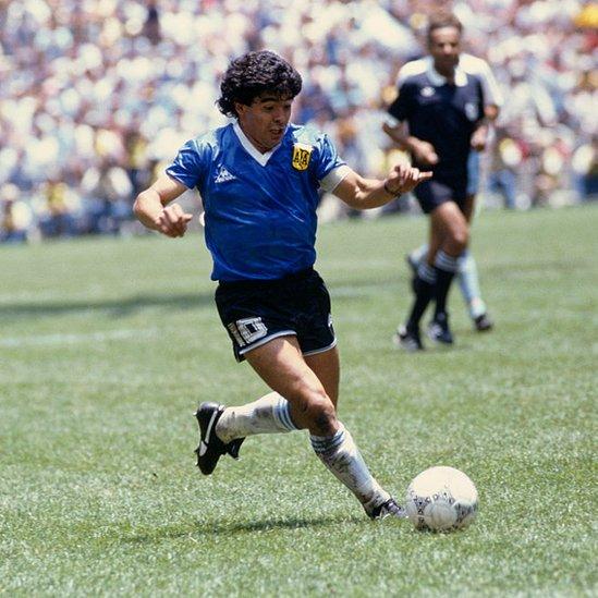 Maradona le regaló una camiseta firmada a Ali Bennaceur testigo de lujo del partido jugado en el estadio Azteca el 22 de junio de 1986.