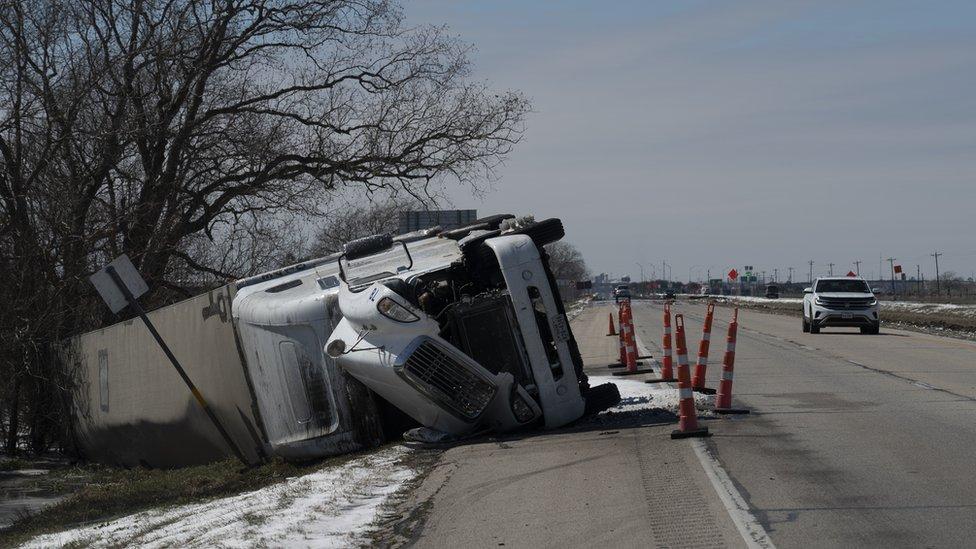 Kecelakaan karena jalan licin di Pierce, Texas.