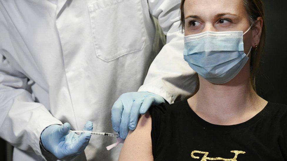 一名荷蘭醫生接種莫德納疫苗