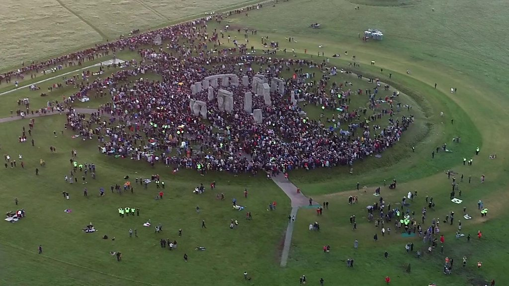 Thousands gather for summer solstice at Stonehenge