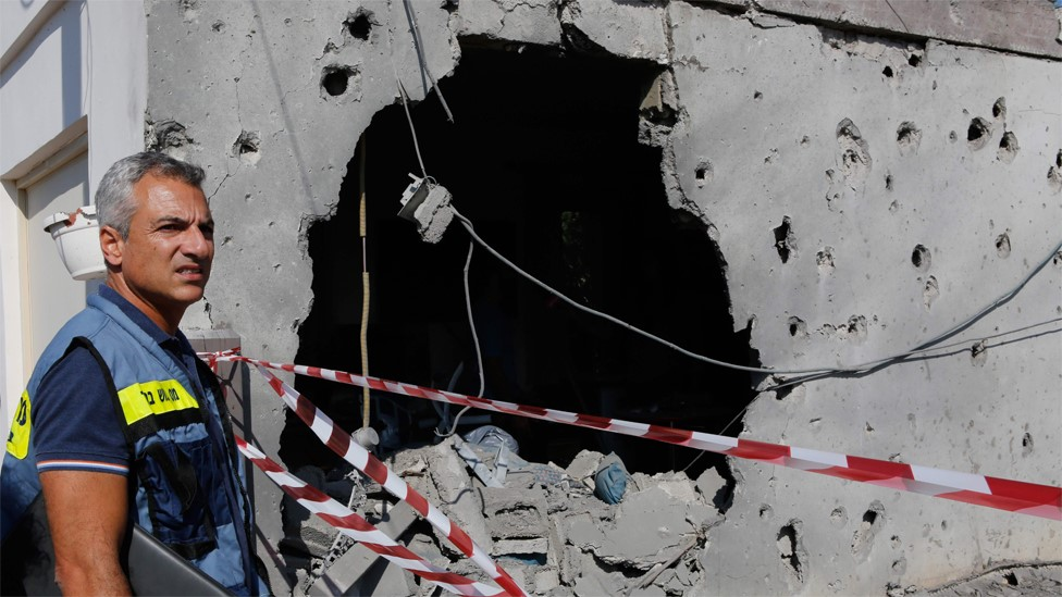 An Israeli man inspect a house damaged by a rocket in the Israeli town of Ashkelon (13 November 2018)