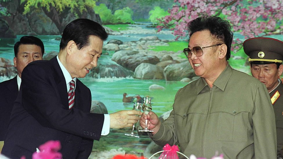 South Korean President Kim Dae-jung, left, and North Korean leader Kim Jong Il toast each other at a luncheon June 15, 2000 held in Pyongyang, North Korea.