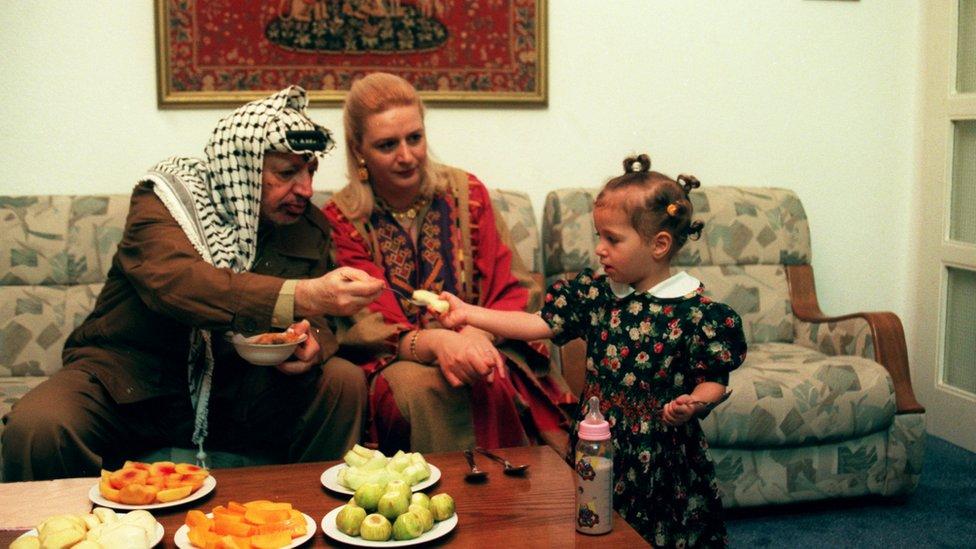 गज़ा में अपनी पत्नी सुहा और बेटी ज़ह्वा के साथ यासिर अराफ़ात
