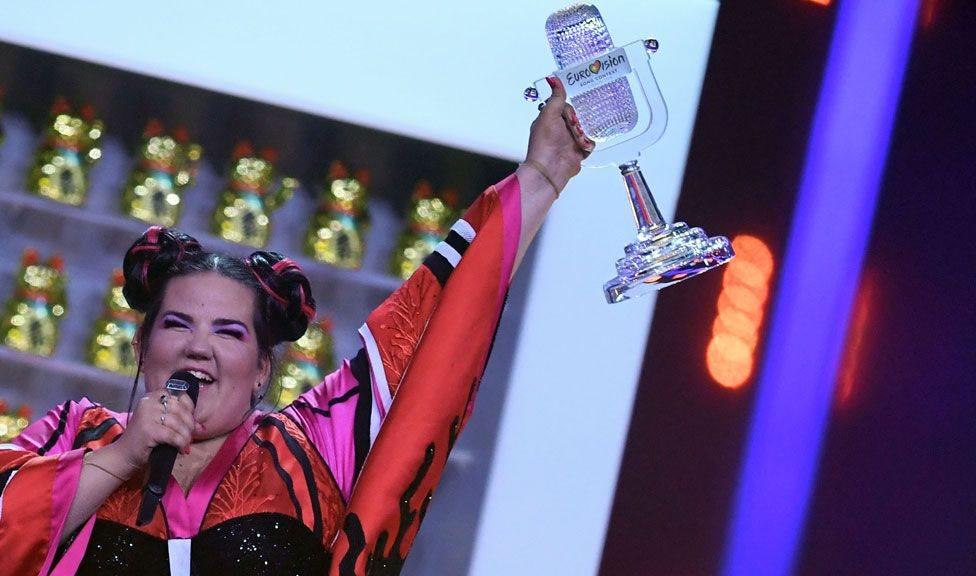 Netta Barzilai alzando su premio