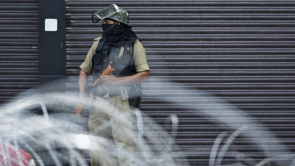 Tentara berjaga-jaga di Srinagar pada 28 Agutus 2019. Kawasan di lembah Himalaya ini masih ditutup dan internet serta telpon diputus sejak 5 Agustus.