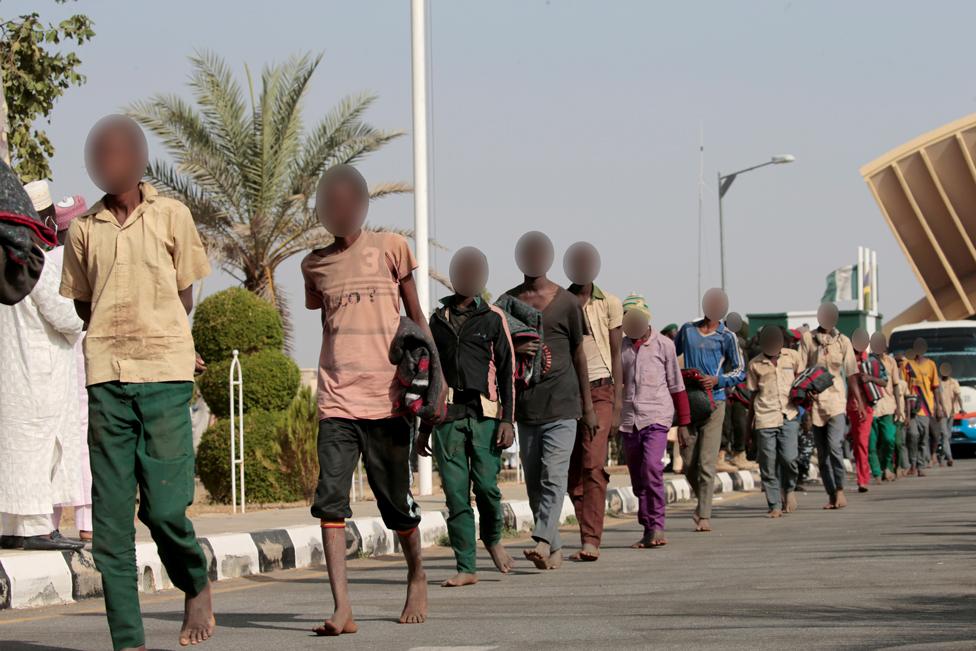 Los estudiantes nigerianos liberados se van después de ser rescatados por las fuerzas de seguridad el 18 de diciembre de 2020 en Katsina, Nigeria.  REUTERS / Afolabi Sotunde