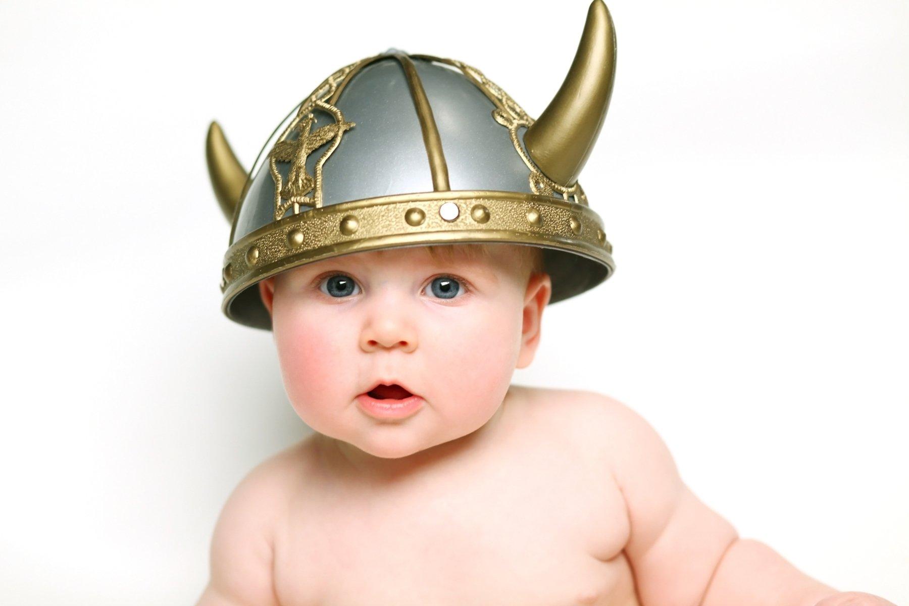 Bebé con casco de vikingo.