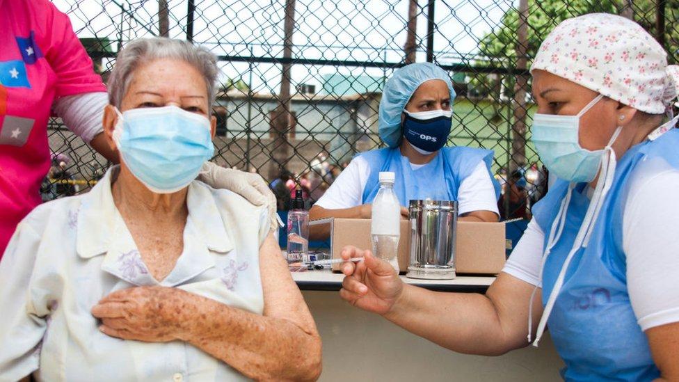 Una mujer mayor recibe la vacuna contra el covid-19 en Venezuela.