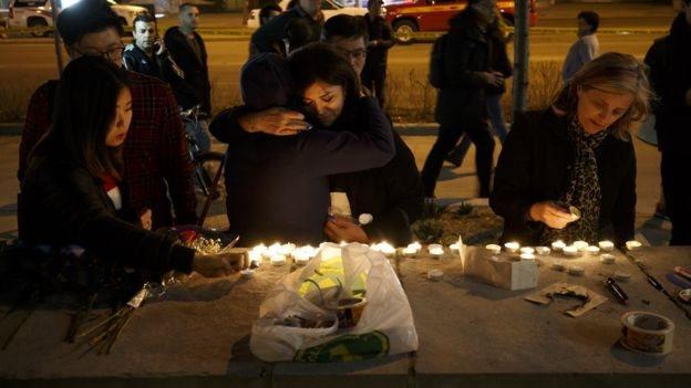 Vigilias, velas y mensajes de condolencias para las víctimas del ataque de abril en Toronto.