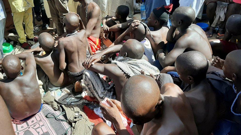 ombres y niños son retratados después de ser rescatados por la policía en Sabon Garin, en el área del gobierno local de Daura del estado de Katsina, Nigeria 14 de octubre de 2019