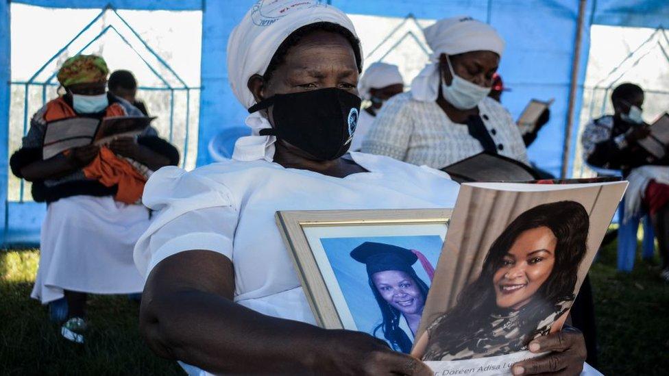 والدة الدكتورة دورين لوغاليكي، التي كانت أول طبيب كيني يتوفى جراء الإصابة بفيروس كورونا، تحمل صورتها