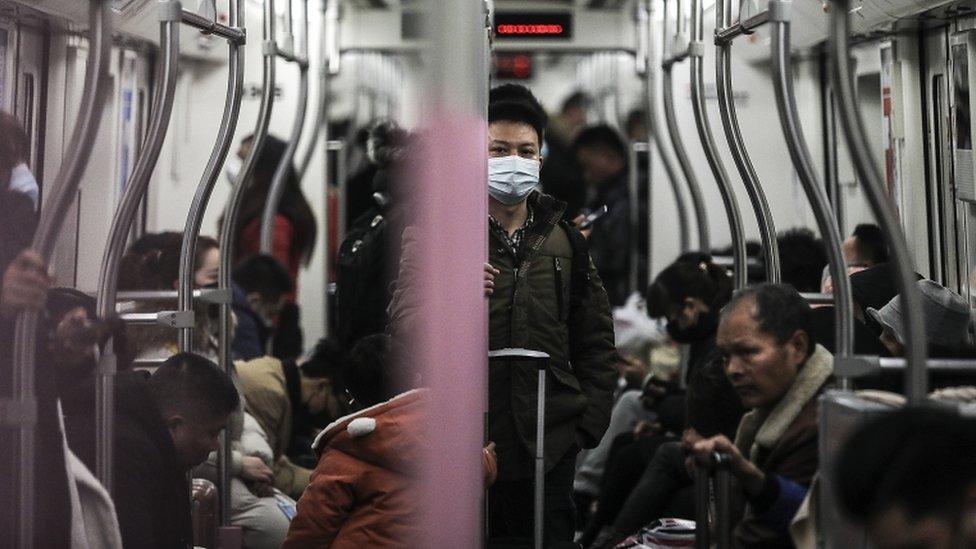 Un hombre usa una máscara en el metro de Wuhan.