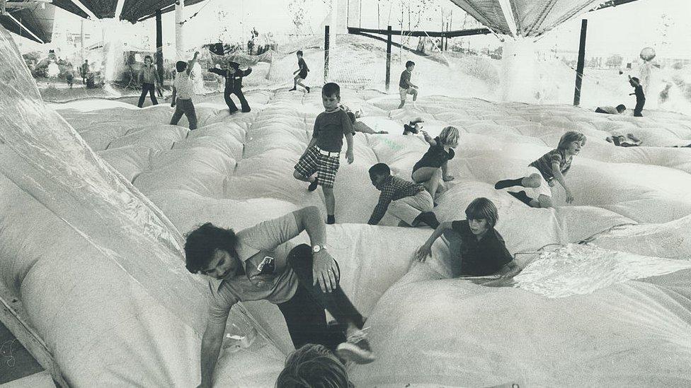 Colchón de aire en la Aldea de los Niños
