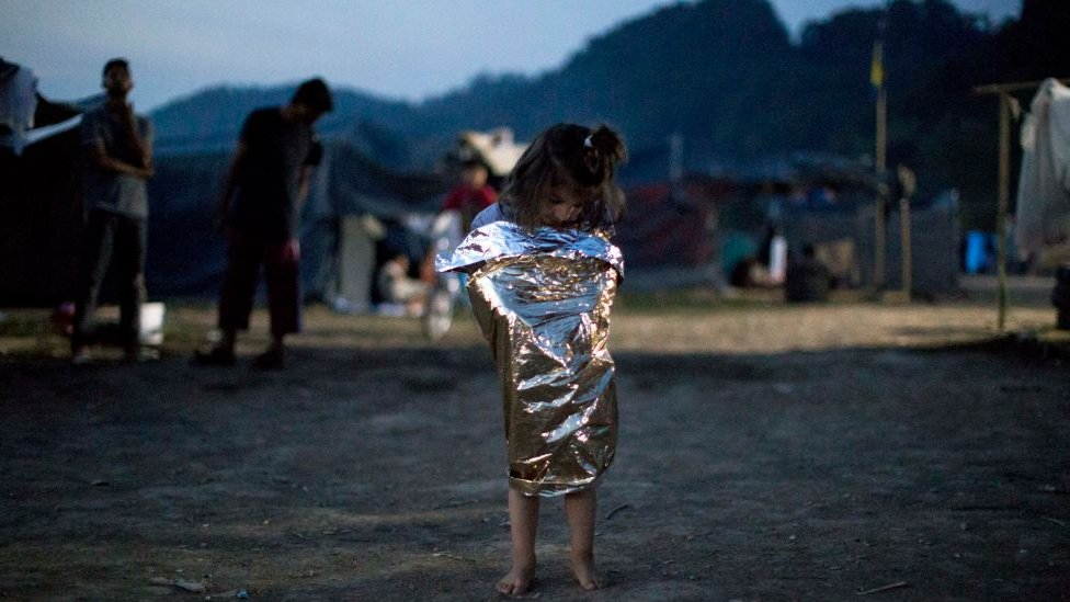 Dete zavijeno u ćebe u Grčkoj