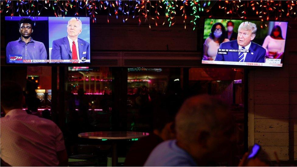 Orang-orang menonton bareng acara tanya-jawab Trump dan Biden