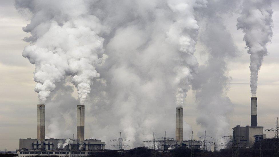 Chimeneas de fábrica emiten dióxido de carbono
