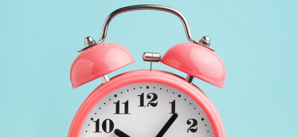 Un reloj alarma