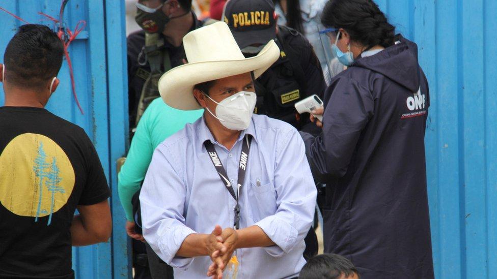 El candidato Pedro Castillo con mascarilla tras votar en las elecciones