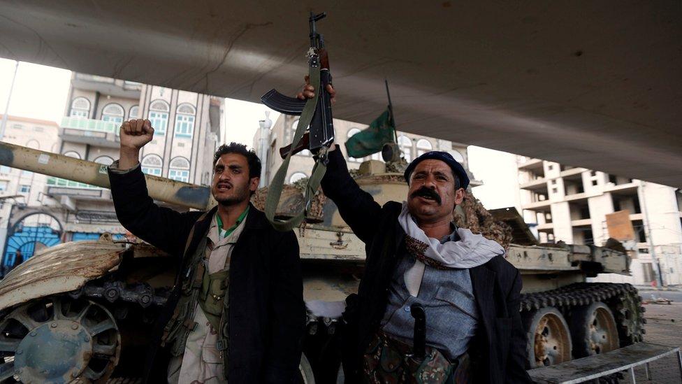 Houthi fighters shout slogans in Sanaa, Yemen (4 December 2017)