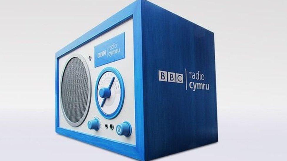 Bron i ddeugain mlynedd 'ta pedwar deg mlynedd ers sefydlu Radio Cymru?