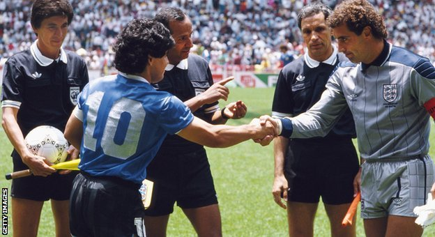 1986年世界杯,馬拉多納與英格蘭門將施路頓賽前雙方握手