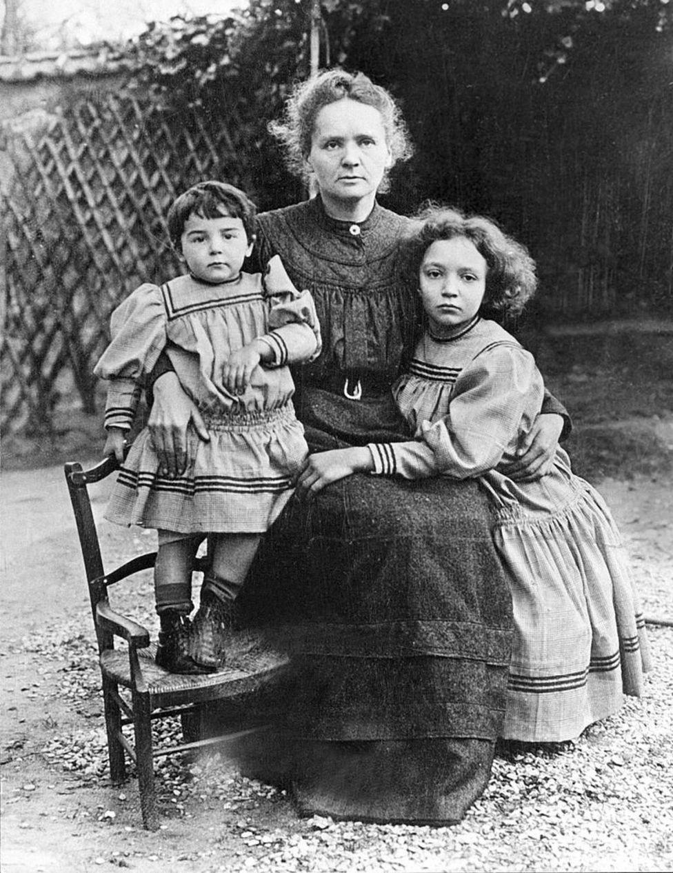Marie Curie con sus hijas, Irene y Eve