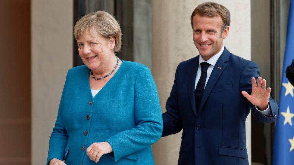 Angela Merkel junto a Emmanuel Macron.