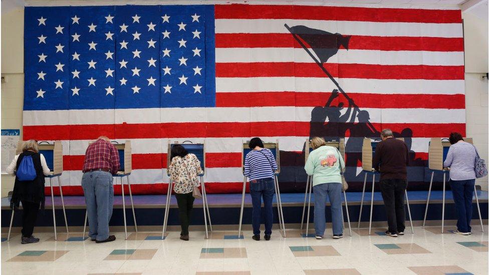 Votantes en una escuela de primaria en el condado de Chesterfield, Virginia