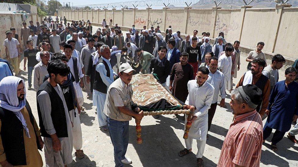 Un funeral en masa para las víctimas de un ataque con bomba durante una boda en Kabul, agosto 18, 2019