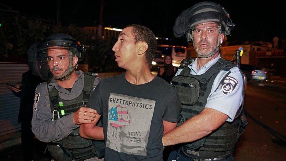 قوات الأمن الإسرائيلية تعتقل متظاهرا خلال مظاهرة للفلسطينيين ضد إخلاء حي الشيخ جراح بالقدس الشرقية