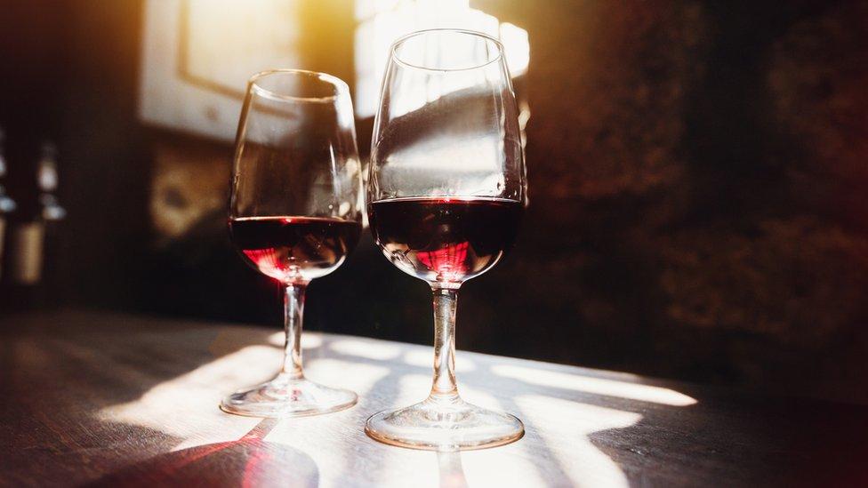 Dos copas de vino.