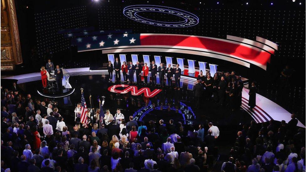Participantes del debate entre aspirantes demócratas.
