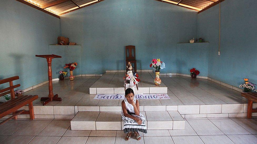 devojčica u crkvi