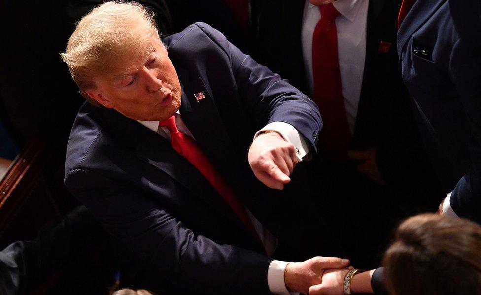 Trump saluda