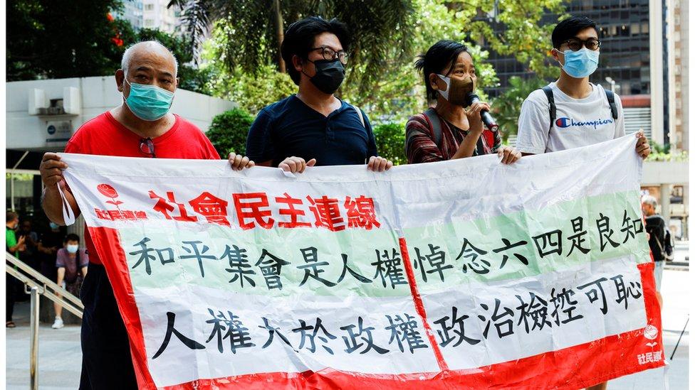 社民連到法院外聲援被告。