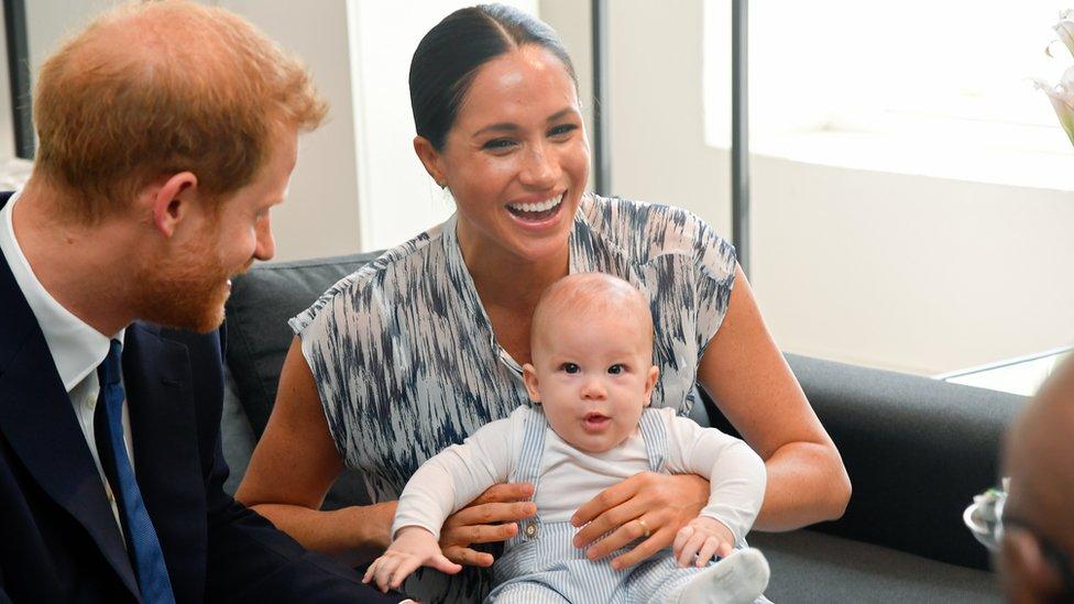 قال الأمير هاري إن اينه أرتشي الذي سيكون بعمر سنتين في مايو/أيار يردد الان بعض الكلمات مثل نخلة وبيت