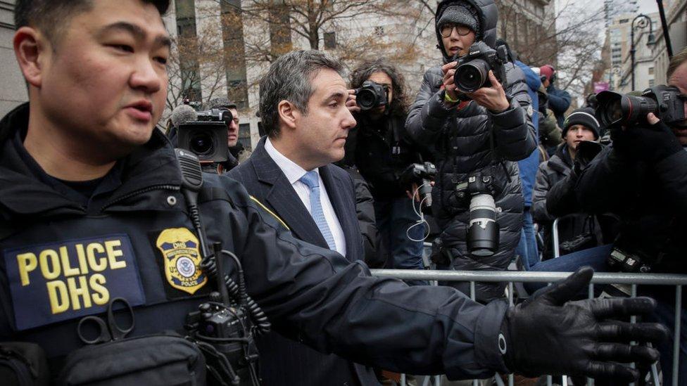 Michael Cohen afuera de un tribunal