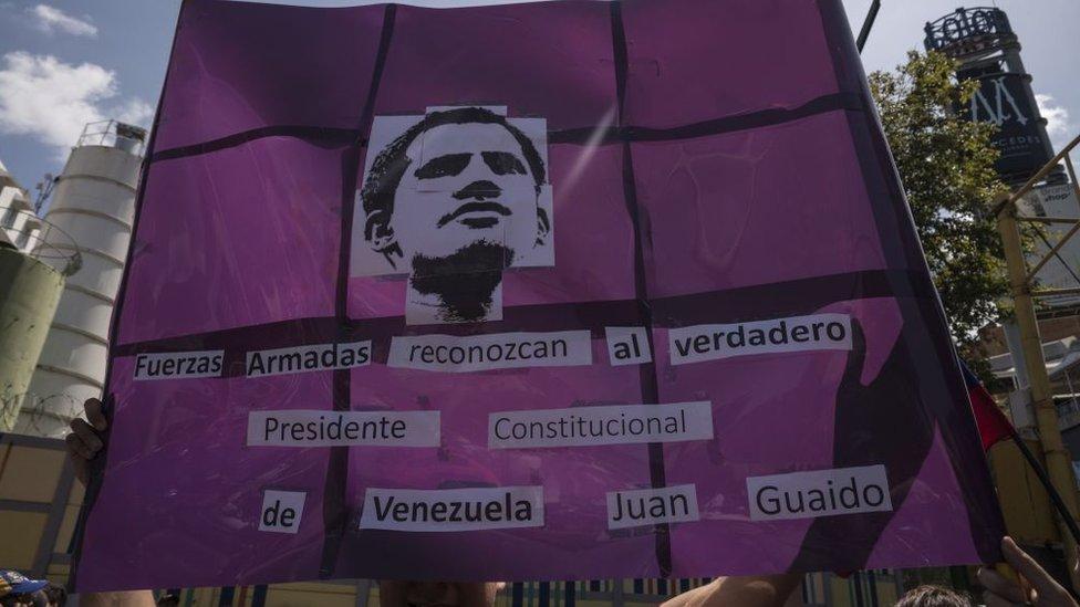 """Cartel de simpatizantes de Juan Guaidó que dice """"Fuerzas Armadas, reconozcan al presidente constitucional de Venezuela""""."""