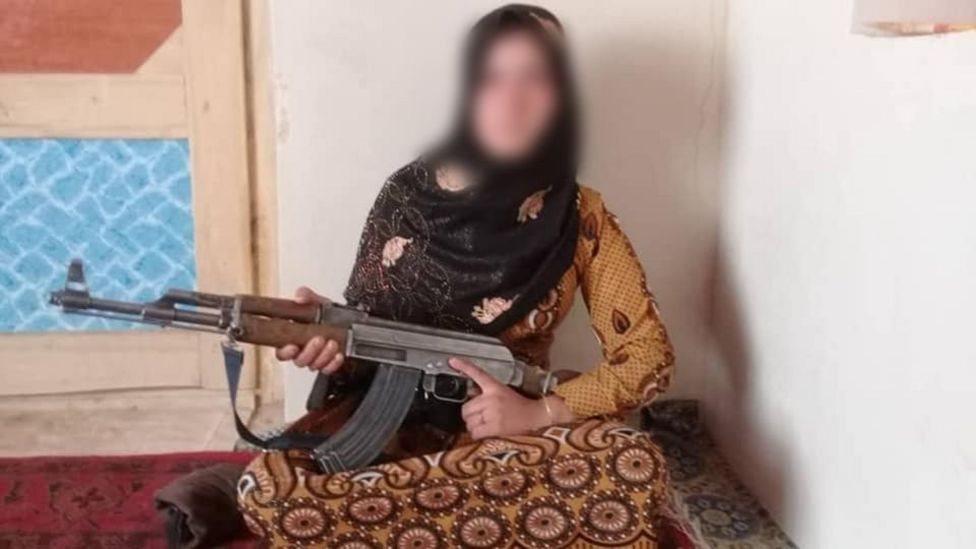 avganistanska devojka s oružjem