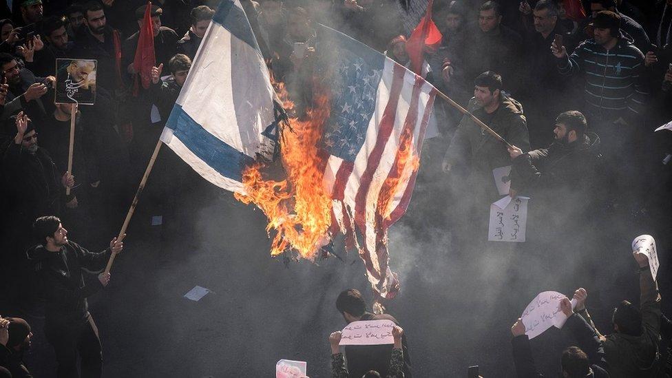 مشيعو سليماني يحرقون أعلام الولايات المتحدة الأمريكية وإسرائيل