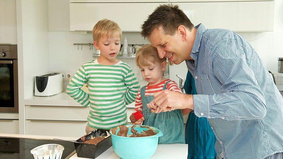 首爾大學的研究發現,當男性在家中承擔更多任務時,生育率會上升。