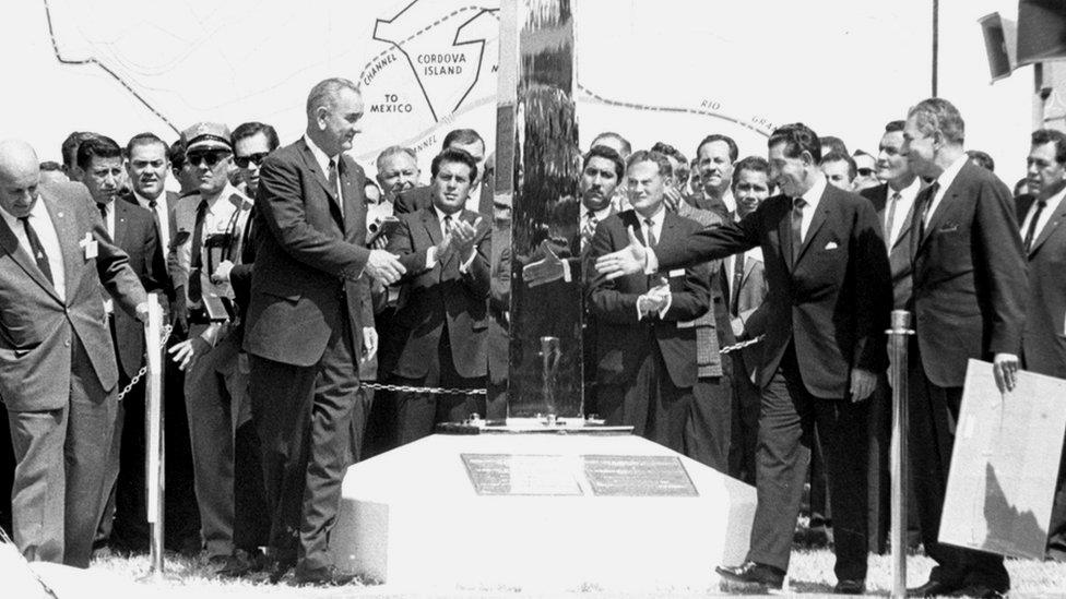 Lyndon B. Johnson saluda a López Mateos